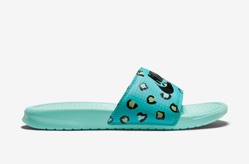 Nike Benassi Just Do It Print – dámské pantofle, letní nazouváky – zelené, zeleno-modré, zelená podrážka