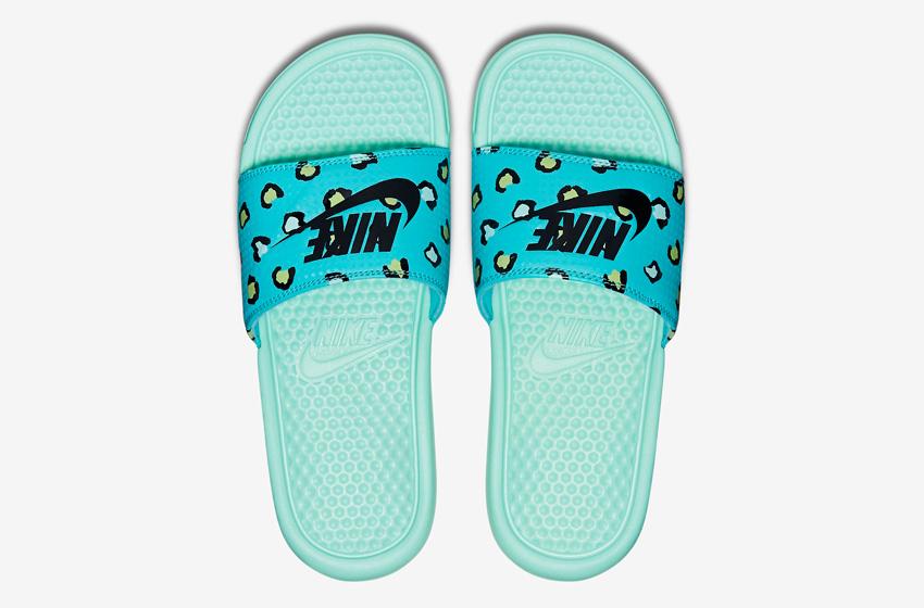 Nike Benassi Just Do It Print – dámské nazouváky, letní pantofle – zelené, zeleno-modré, zelená podrážka horní pohled