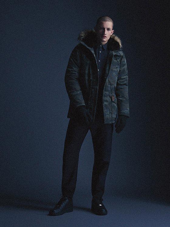 Carhartt WIP — pánská maskáčová bunda s kapucí s kožíškem, černé kalhoty joggers — podzim/zima 2015, pánské oblečení