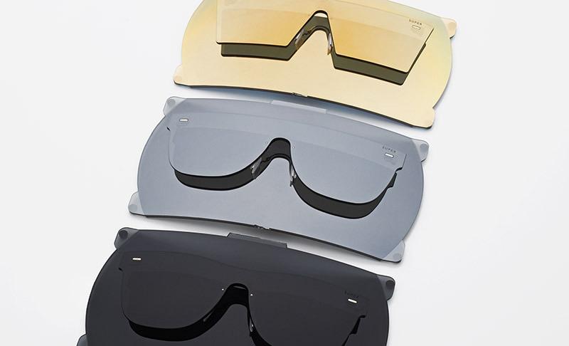 Super by RETROSUPERFUTURE® — sluneční brýle bez obrouček, retrofuturistické, moderní brýle — černé, šedé, zlaté — skla Zeiss