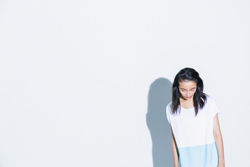 Aloye — dámské modro-bílé letní šaty, krátké rukávy — móda jaro/léto 2015