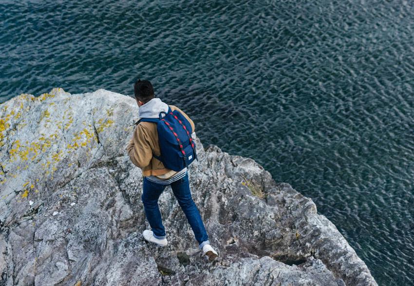 Herschel Supply — modrý batoh na záda, stylový batoh — Little America Backpack — podzim 2015 — lookbook