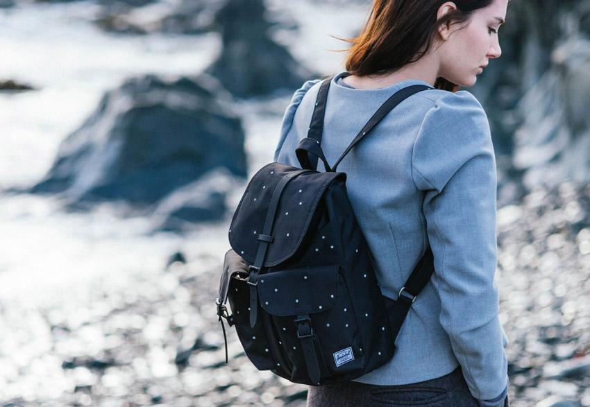 Herschel Supply — dámský černý tečkovaný batoh na záda, plátěný batoh s puntíky, stylový — Dawson Backpack — podzim 2015 — lookbook
