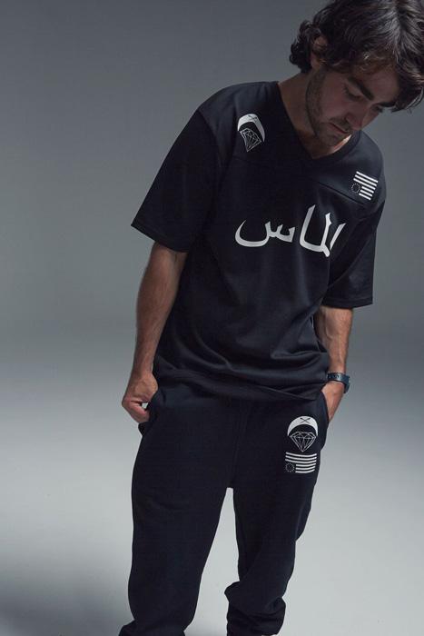 Black Scale x Diamond Supply Co. — dlouhé černé tričko s potiskem, krátký rukáv, černé tepláky