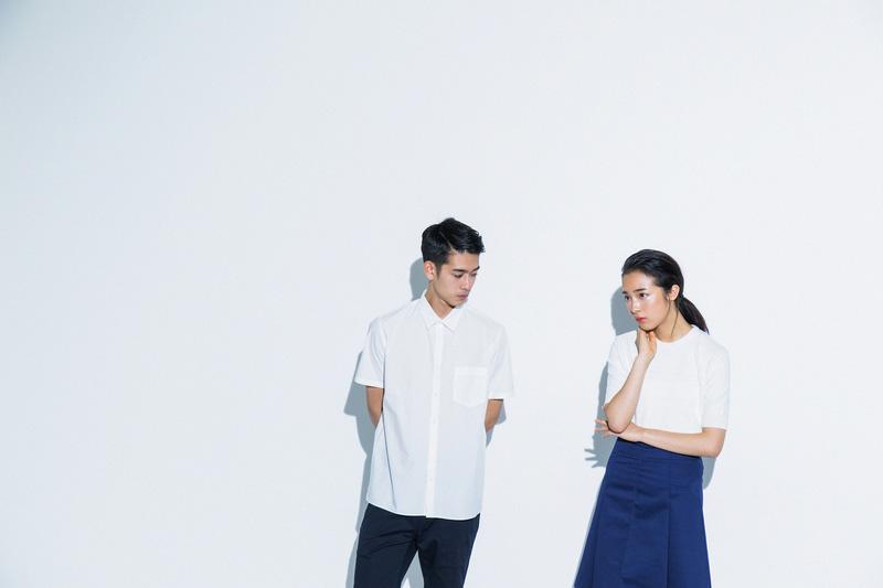 Aloye — pánská bílá košile, dámská dlouhá modrá sukně, bílé tričko — móda jaro/léto 2015