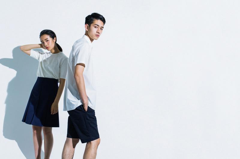 Aloye — dámská dlouhá modrá sukně, bílé tričko, bílá pánská košile – krátký rukáv, tmavě modré šortky s puky — móda jaro/léto 2015