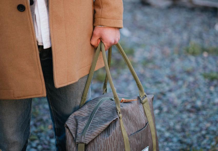 Herschel Supply — šedá cestovní taška do ruky se vzorem — Strand Duffle — podzim 2015 — lookbook