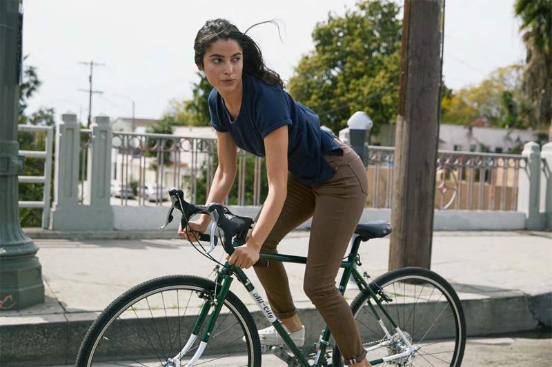 Levi's — dámské rifle, strečové jeansy, hnědé, modré tričko — cyklistické oblečení — podzim 2015