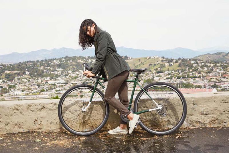 Levi's — dámská zelená bunda, hnědé strečové rifle (jeansy), kalhoty — cyklistické oblečení — podzim 2015