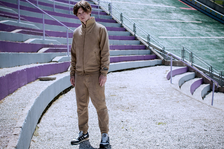 adidas Originals x Spezial — Alpine Luxe — hnědá pánská bunda se stojáčkem bez , hnědé kalhoty