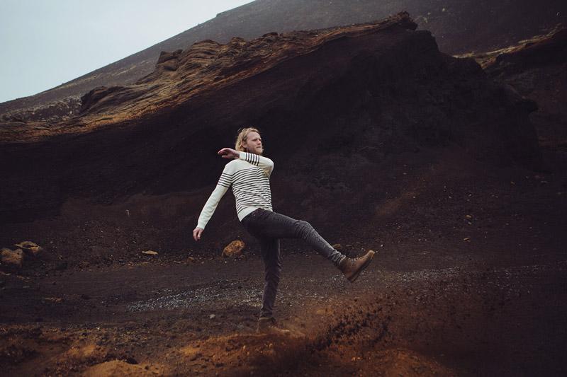 Olow — pánský bílý svetr s modrými proužky, tmavě šedé skinny džíny (jeansy) — pánské oblečení — lookbook podzim/zima 2015