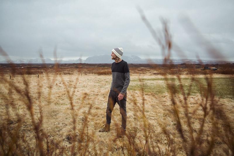 Olow — pánský černo-šedý svetr, bílá čepice s modrými proužky — pánské oblečení — lookbook podzim/zima 2015