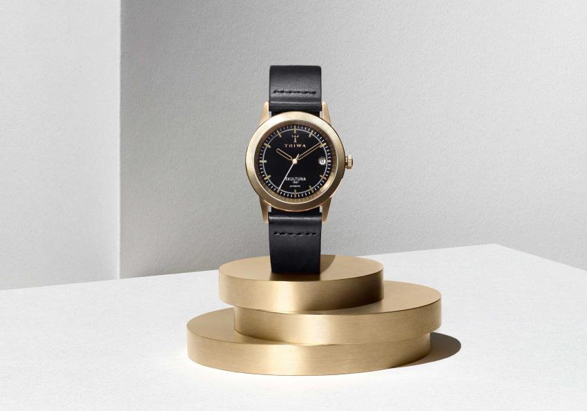 Hodinky Triwa x Skultuna — náramkové luxusní hodinky — černý kožený řemínek, ocelové pozlacené pouzdro