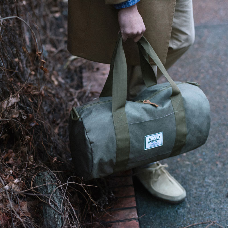 Herschel Supply Co. — zelená cestovní taška — Sutton Mid-Volume Duffle — holiday lookbook 2015