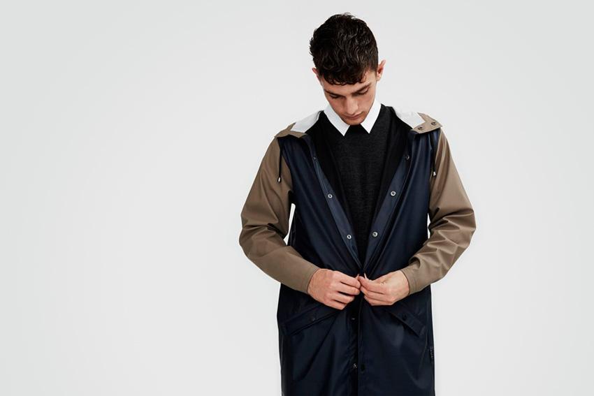 Rains — pršiplášť, pánská nepromokavá bunda s kapucí, modrá, hnědé rukávy — podzim/zima 2015 — raincoat — fall/winter
