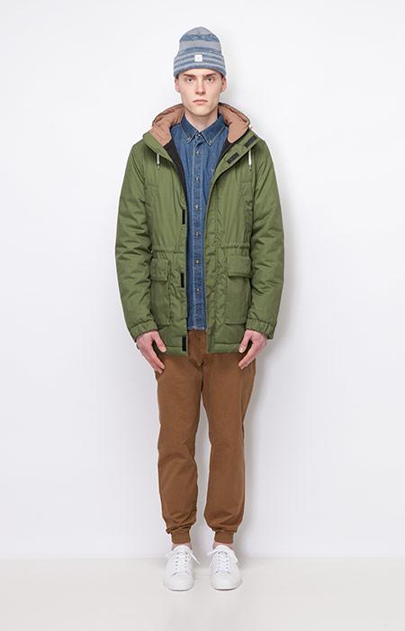 Ucon Acrobatics — pánská zimní bunda/parka s kapucí, zelená — joggers kalhoty, hnědé — pánské oblečení — podzim/zima 2015