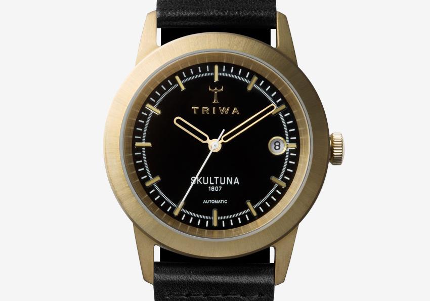 Hodinky Triwa x Skultuna — dámské a pánské náramkové hodinky z mosazi — detail — černý kožený řemínek, ocelové pozlacené pouzdro