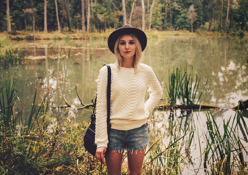 Supersklep.cz — lookbook podzim 2015 — dámský bílý svetr, embosovaný, jeansové kraťasy
