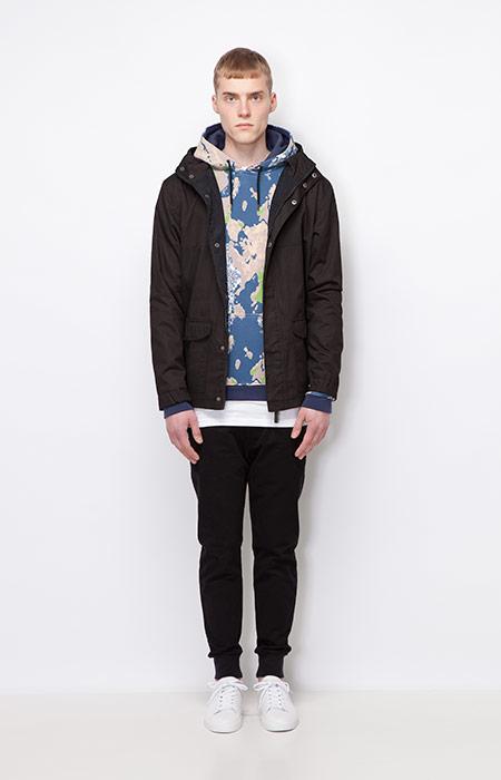 Ucon Acrobatics — pánská podzimní bunda/parka s kapucí, tmavě černá — joggers kalhoty, černé, barevná mikina se vzorem s kapucí — pánské oblečení — podzim/zima 2015