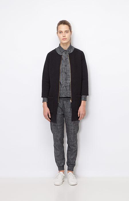 Ucon Acrobatics — dámská dlouhá černá podzimní bunda — šedá košile, šedé kalhoty joggers — dámské oblečení podzim/zima 2015