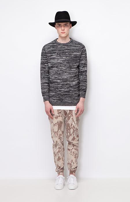 Ucon Acrobatics — pánský svetr s podélným vzorem — joggers kalhoty se vzorem, hnědé — pánské oblečení — podzim/zima 2015