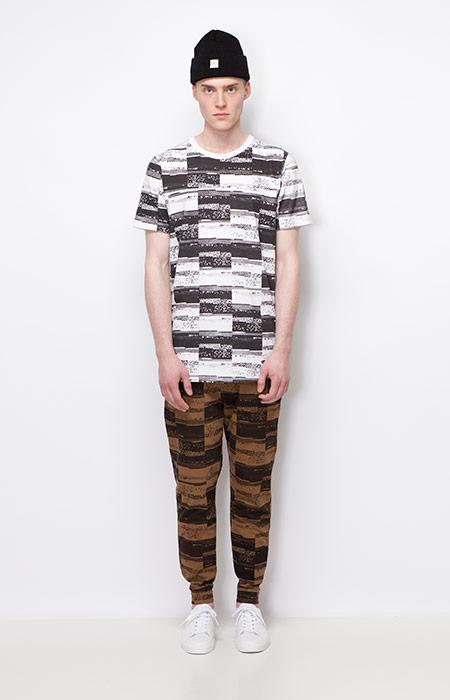 Ucon Acrobatics — černo-bílé tričko se vzorem, pánské — hnědé kalhoty joggers se vzorem — pánské oblečení — podzim/zima 2015