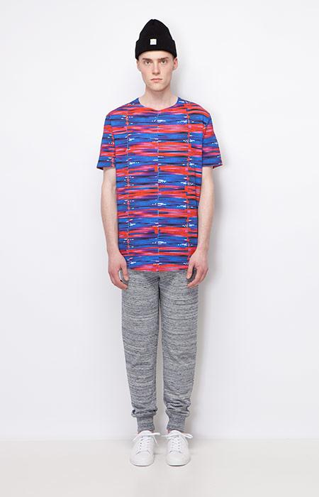 Ucon Acrobatics — pánské tričko s psychedelickým vzorem, červeno-modré — pánské šedé tepláky s úplety — pánské oblečení — podzim/zima 2015