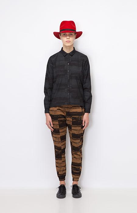 Ucon Acrobatics — tmavě šedá krátká košile s dlouhým rukávem, dámská — hnědé kalhoty joggers — dámské oblečení podzim/zima 2015