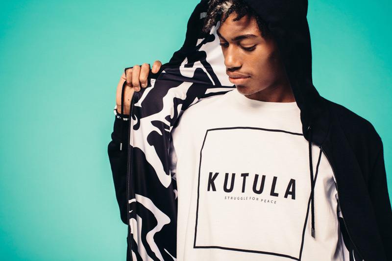 Kutula — černá mikina s kapucí, maskáčová podšívka, bílé tričko — camouflage print, camo