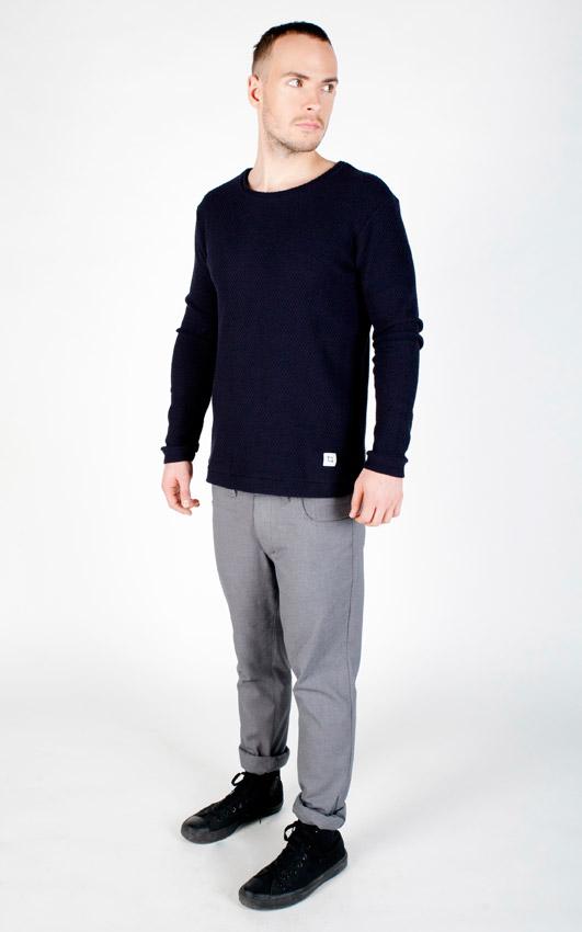 Pattern — modrý svetr, pánský — šedé kalhoty