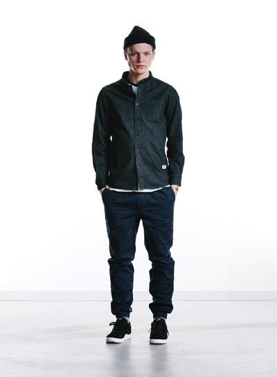 Wemoto — černá pánská košile, sepraný vzhled, dlouhý rukáv — modré joggers kalhoty — podzim/zima 2015