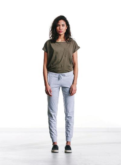 Wemoto — dámské hnědo-zelené tričko s kapsičkou — šedé tepláky — podzim/zima 2015