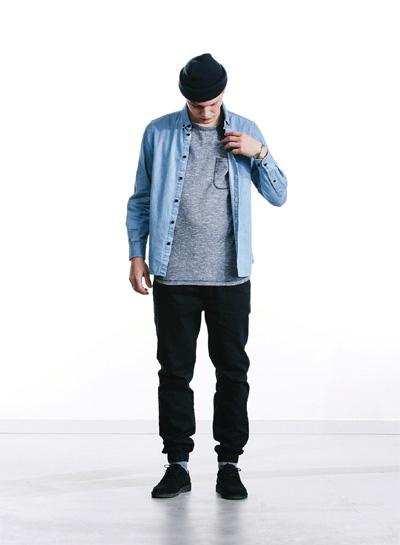 Wemoto — pánská modrá džínová (jeansová, riflová) košile, dlouhý rukáv — černé joggers kalhoty — podzim/zima 2015