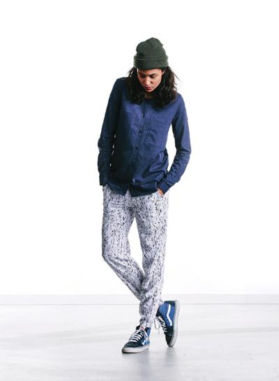 Wemoto — dámská modrá košile, dlouhý rukáv — bílé kalhoty joggers s černými fleky — podzim/zima 2015