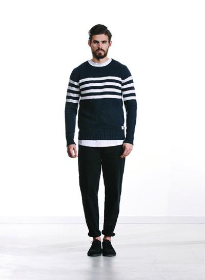 Wemoto — pánský černý svetr s bílými pruhy — černé joggers tepláky — podzim/zima 2015