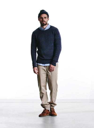 Wemoto — pánský tmavě modrý svetr — béžové joggers kalhoty — podzim/zima 2015