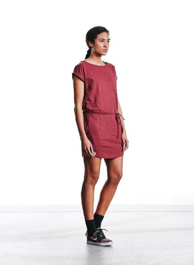Wemoto — dámské červené šaty, krátký rukáv — podzim/zima 2015