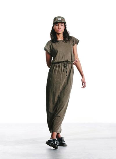 Wemoto — dámské hnědo-zelené dlouhé šaty se šňůrkou — podzim/zima 2015