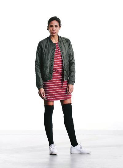 Wemoto — dámský zelený army bomber — červené pruhované šaty — podzim/zima 2015