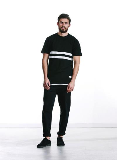 Wemoto — pánské černé tričko se dvěma bílými pruhy — černé kalhoty — podzim/zima 2015