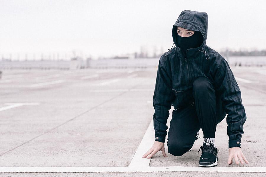 Turbokolor x Nawer — černá bunda s kapucí, pulovr (pullover) se vzorem — černé joggers kalhoty — Birch Camo Pack — street oblečení, móda