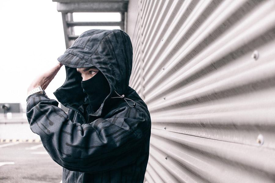 Turbokolor x Nawer — bunda s kapucí, černý pulovr (pullover) se vzorem, velká předení kapsa — City Birch Camo Pack — street oblečení, móda