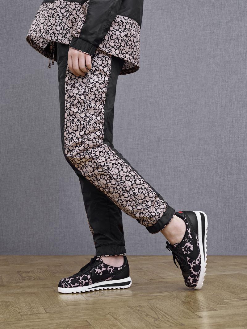Liberty London x Nike Cortez Epic Tan Cameo Maxi Print — dámské boty se vzorem, světle hnědé, černé — dámské tepláky, dámská bunda