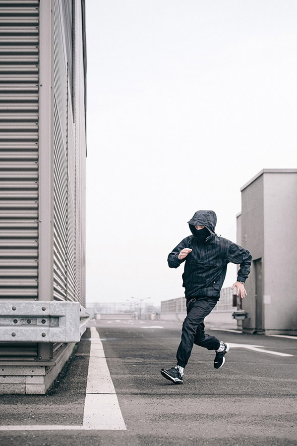 Turbokolor x Nawer — šedo-černý pulovr (pullover), bunda s kapucí se vzorem, velká přední kapsa — černé joggers kalhoty — City Birch Camo Pack — street oblečení, móda