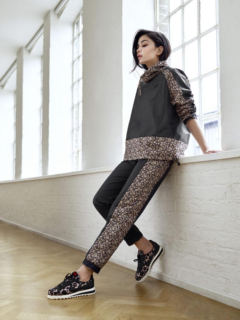Liberty London x Nike Cortez Epic Tan Cameo Maxi Print – Nike Jacket, Sweatpants — dámské boty se vzorem, světle hnědé, černé — dámské tepláky, sportovní bunda