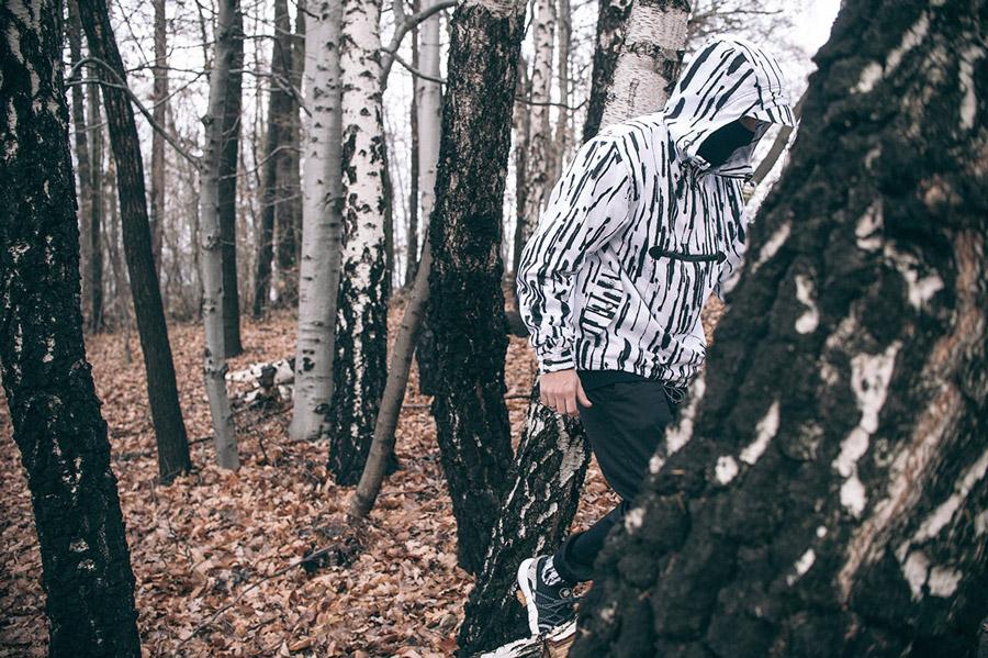 Turbokolor x Nawer — bílý pullover (pulovr), bunda s černými pruhy s kapucí — černé joggers kalhoty — City Birch Camo Pack — street oblečení, móda
