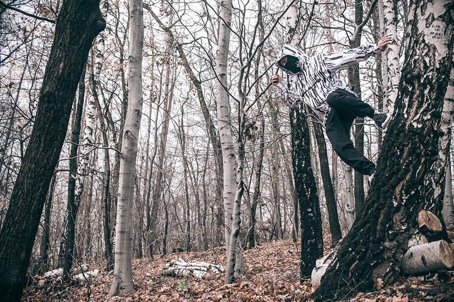 Turbokolor x Nawer — černé joggers kalhoty — bílá bunda s černými pruhy s kapucí, pulovr (pullover) — City Birch Camo Pack — street oblečení, móda