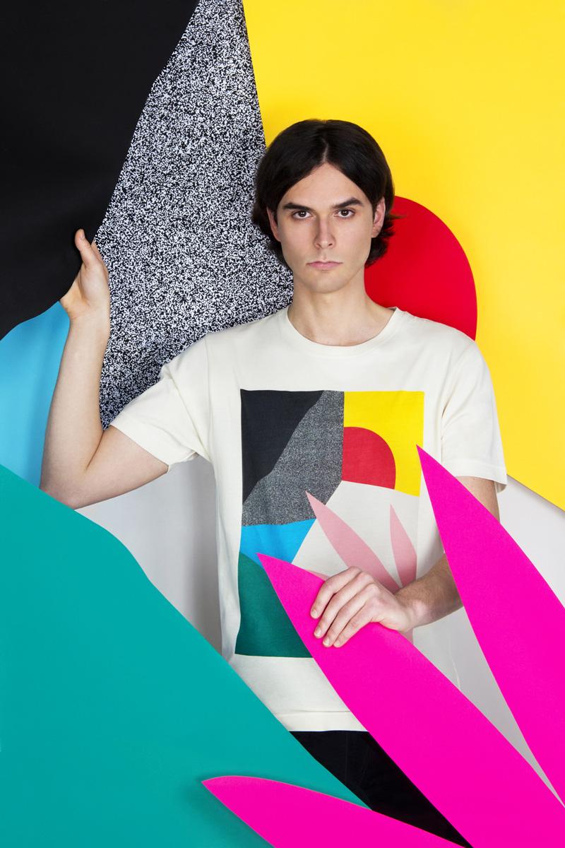 MAMAMA — bílé tričko Dawn s velkým barevným potiskem, abstrakce — kolekce COP21