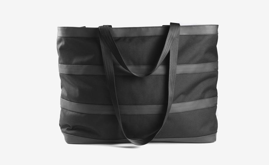 PX — Invisible Duffel — prostorná černá taška, cestovní — voděodolná (nepromokavá), mylonová