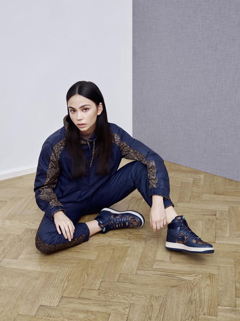 Liberty London x Nike Air Force 1 Hi Cameo Maxi Print Obsidian Blue — dámské kotníkové boty — modrá bunda (jacket), tepláky (sweatpants)